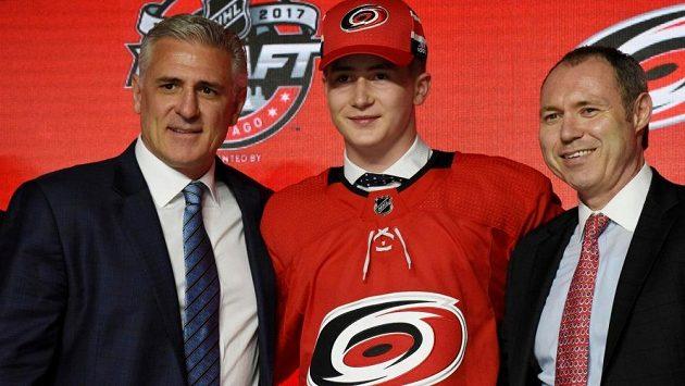 Martin Nečas pár minut po draftu, jeho domovem má být v NHL Carolina.