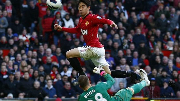 Šindži Kagawa z Manchesteru United překonává gólmana Norwiche Marka Bunna.