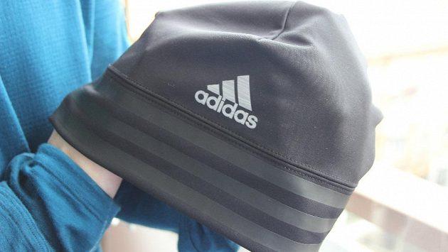 Čepice Adidas Climalite, tři pruhy na hlavu.