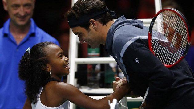 Roger Federer v rozhovoru s malou Chelsea Fontenelovou před charitativním Zápasem pro Afriku.