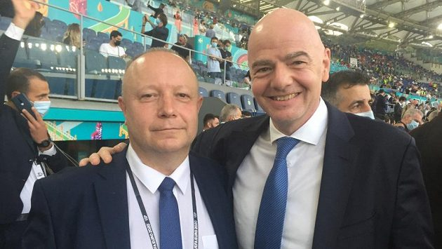 Předseda FAČR Petr Fousek (vlevo) s předsedou FIFA Giannim Infantinem (ilustrační foto)