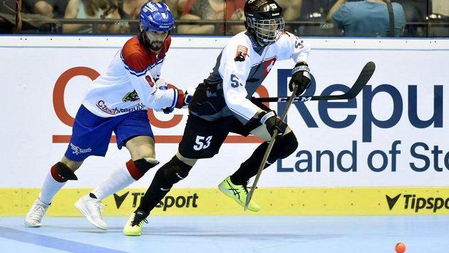 Český hokejbalista Lukáš Soukup (vlevo) a Thomas Huber ze Švýcarska. Ilustrační snímek.