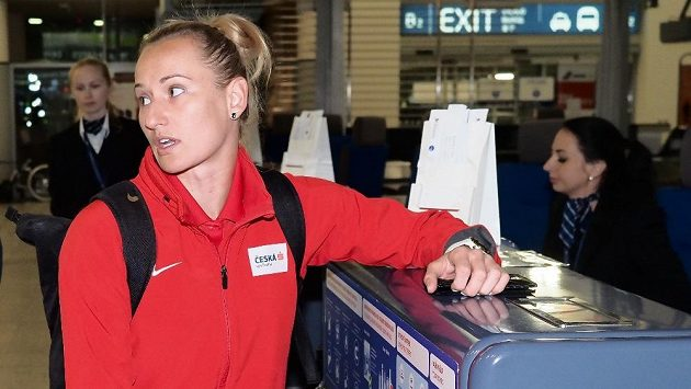 Tyčkařka Romana Maláčová při odletu na mistrovství světa do Dauhá.