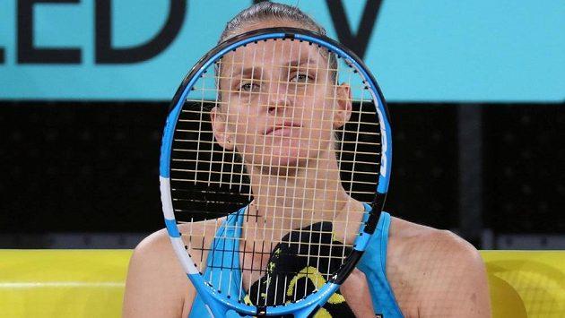 Česká tenistka Karolína Plíšková se po druhém setu souboje s Běloruskou Azarenkovou netvářila zrovna vesele.