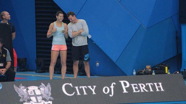 Lucie Šafářová (vlevo) sleduje zápas Adama Pavláska s Italem Fogninim na Hopmanově poháru v Perthu.