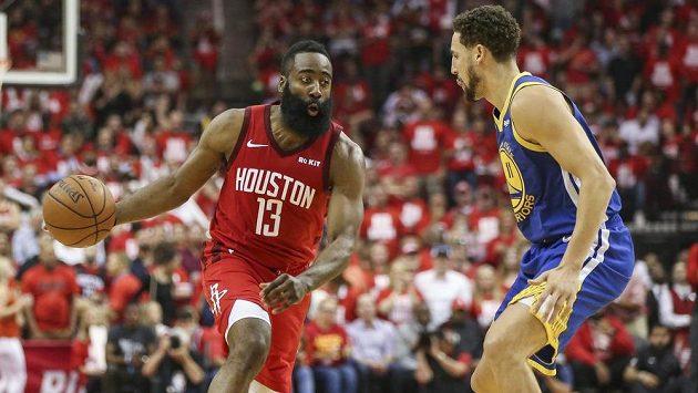 Hvězdu Houstonu Jamese Hardena brání Klay Thompson z Golden State.
