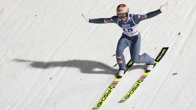 Úřadující vítěz Světového poháru skokanů na lyžích Stefan Kraft překvapivě nepostoupil do druhého kola zahajovacího individuálního závodu sezony ve Wisle. Rakouský reprezentant obsadil v prvním kole druhé místo pod čarou a skončí bez bodů.