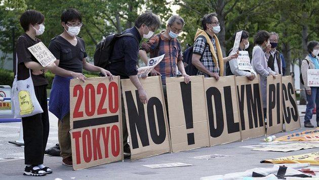 Lidé protestující proti olympiádě v Tokiu.