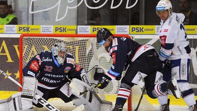 Vítkovický brankář Patrik Bartošák likviduje šanci brněnských hokejistů.
