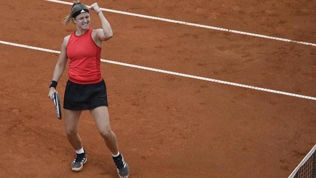 Karolína Muchová se raduje z vítězství.