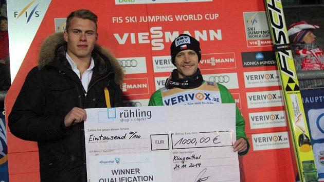 Skokan Roman Koudelka s šekem pro vítěze kvalifikace v Klingenthalu.