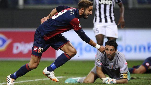 Luca Antonini slaví svůj gól proti Juventusu, který vstřelil v 94. minutě.