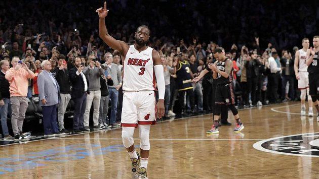 Basketbalista Miami Heat Dwyane Wade (3) v duelu s Brooklyn Nets.