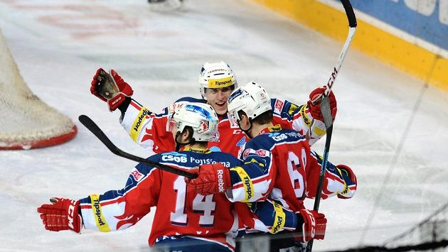 Hokejisté Pardubic oslavují druhý gól na ledě Sparty.