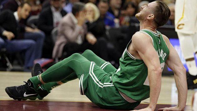Bostonský Gordon Hayward se zlomenou nohou při utkání s Clevelandem.