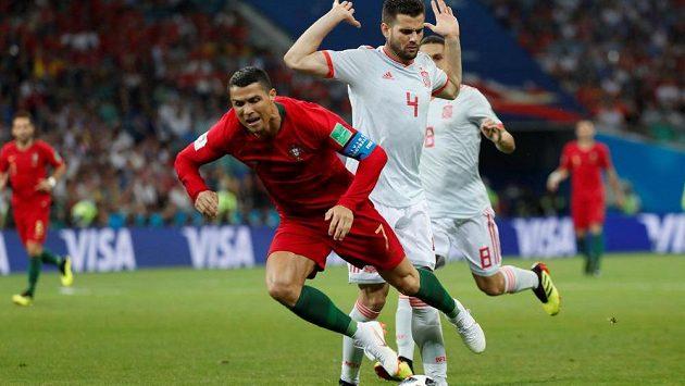 Portugalec Cristiano Ronaldo po zákroku Španěla Nacha už letí vzduchem v pokutovém území během utkání MS. Sudí odpískal pokutový kop.