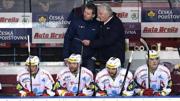 Trenéři Pardubic Miloš Říha mladší (vlevo) a Miloš Říha starší v akci..
