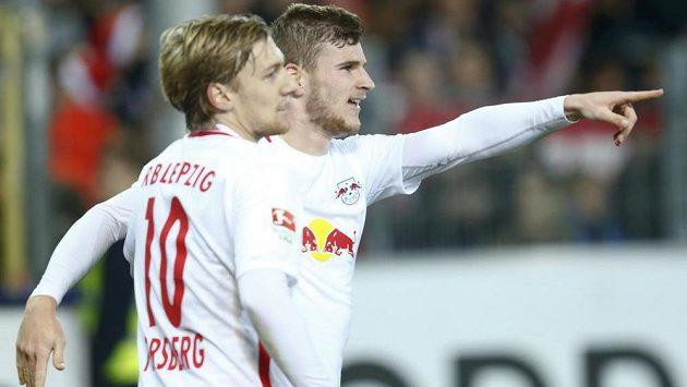 Fotbalisté Lipska Timo Werner a Emil Forsberg (vlevo) se radují z gólu v duelu s Freiburgem.