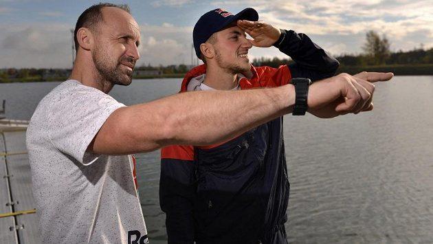 Kanoista Martin Fuksa (vpravo) a jeho otec a trenér Petr Fuksa u vodního kanálu v Račicích.