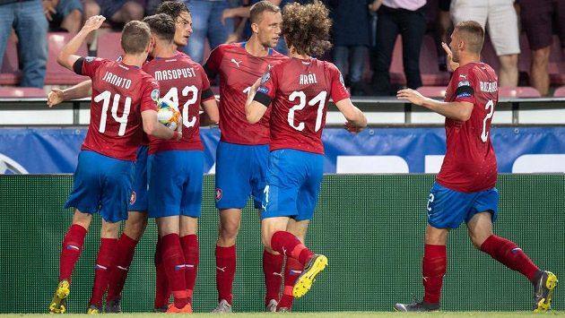Česká reprezentace oslavuje gól během utkání kvalifikace ME 2020 proti Bulharsku.