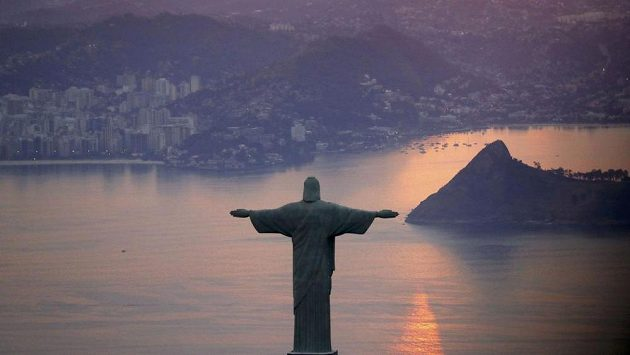 Socha Ježíše Krisa shlíží na Rio de Janeiro.
