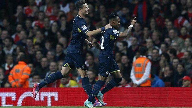Nathaniel Clyne (vpravo) ze Southamptonu slaví se spoluhráči gól proti Arsenalu ve 3. kole Ligového poháru.