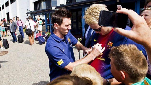 Lionel Messi plní tajné sny lovců autogramů na letišti v Oslu.
