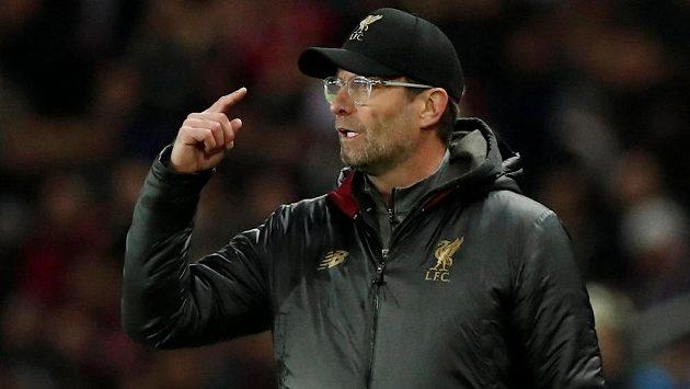 Trenér Liverpoolu Jürgen Klopp gestikuluje při zápase s PSG.