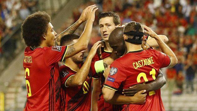 Belgičtí fotbalisté oslavují gól proti české reprezentaci.