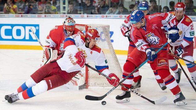 Jevgenij Malkin z Ruska a Jan Rutta během utkání v Brně.