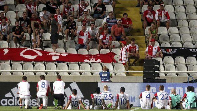 Fotbalisté Slavie děkují po utkání v Nikósii svým příznivcům.
