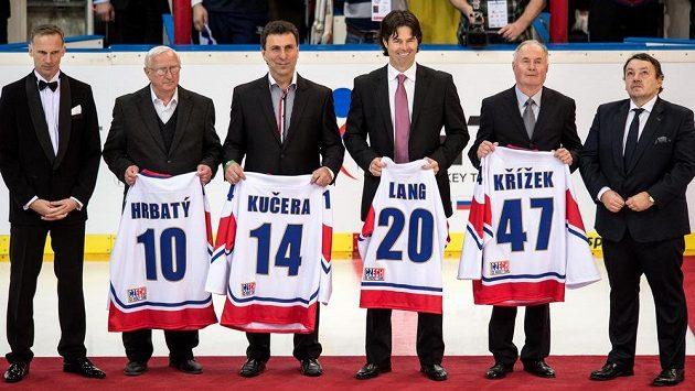 Jan Hrbatý, Jiří Kučera, Robert Lang, Pavel Křížek byli ve čtvrtek uvedeni do Síně slávy českého hokeje. Zcela vlevo je Dominik Hašek, vpravo pak prezident ČSLH Tomáš Král.