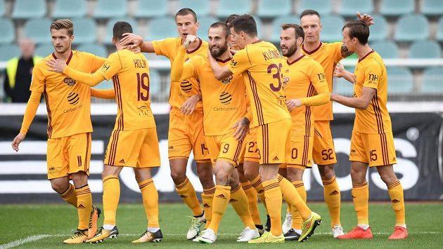 Nejdřív záchrana v lize, potom nový majitel...? Fotbalisté Dukly se radují z gólu Baníku.