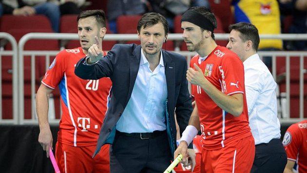 Trenér reprezentace Radim Cepek udílí pokyny Tomáší Sladkému.