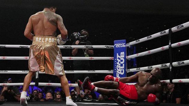Návrat bývalého mistra světa v těžké váze Evandera Holyfielda do boxerského ringu po více než deseti letech neměl dlouhého trvání.