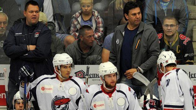 Trenér Vladimír Růžička (vpravo) s asistentem Janem Šťastným na chomutovské střídačce.