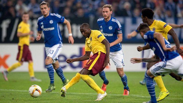 Sparťanský útočník Kehinde Fatai střílí gól proti Schalke na stadiónu v Gelsenkirchenu.