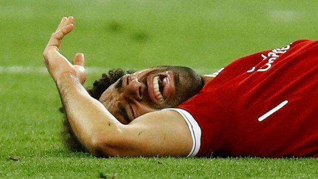 Liverpoolský Mohamed Salah s bolestivou grimasou během finále Ligy mistrů.