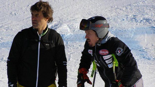 Ondřej Bank (vpravo) s Kristianem Ghedinou během prohlídky trati před závodem super-G ve Val Gardeně.