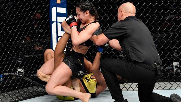 Bojovnice Ariane Lipski slavila na UFC Fight Island vítězství, soupeřku přitom brutálně zničila a ukázala fanouškům, proč se jí říká Královna násilí.
