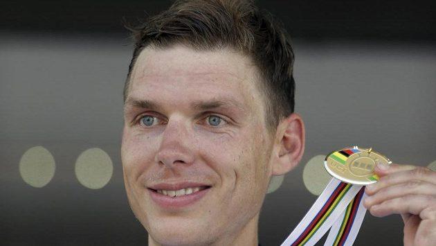 Německý cyklista Tony Martin pózuje se zlatou medailí, kterou vybojoval v časovce.