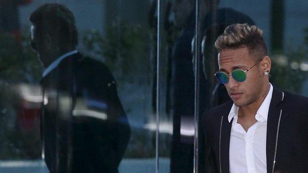 Brazilský fotbalista Neymar odchází ze soudní budovy.
