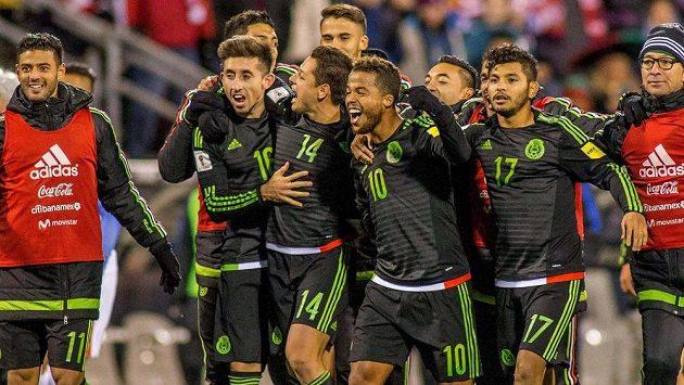 Hráči Mexika oslavují vítězství nad USA.