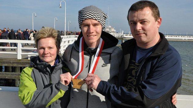 Čtvrtkař Pavel Maslák se svými rodiči Blankou a Jiřím při loňském halovém MS v Sopotech.