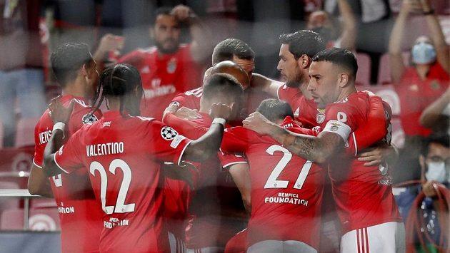 Fotbalisté Benfiky Lisabon slaví gól proti Barceloně.