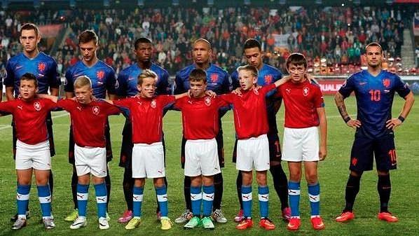 Nizozemský fotbalista Wesley Sneijder (zcela vpravo) při slavnostním ceremoniálu před kvalifikačním utkání s Českou republikou.
