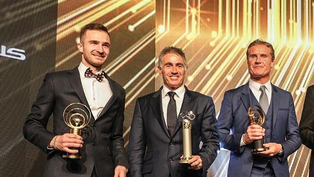 Motocyklový šampión Mike Doohan (uprostřed) a vicemistr světa formule 1 David Coulthard (vpravo) si z Prahy odvezli Zlatá řídítka resp. Zlatý volant za celoživotní přínos motoristickému sportu.