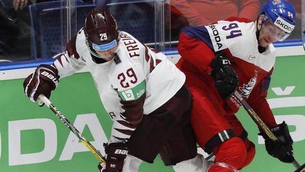 Lotyšský obránce Ralfs Freibergs (vlevo) si proti Rusku nezahraje