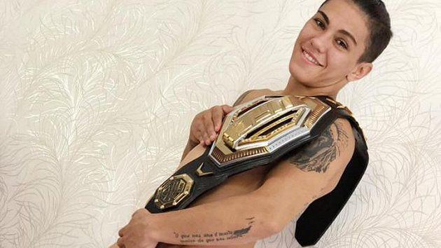 Jessica Andradeová a její mistrovský pás organizace UFC.