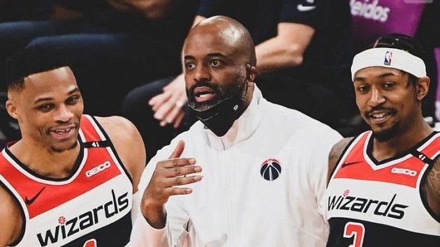 Wes Unseld (uprostřed) se stal novým trenérem Washingtonu Wizards v NBA.